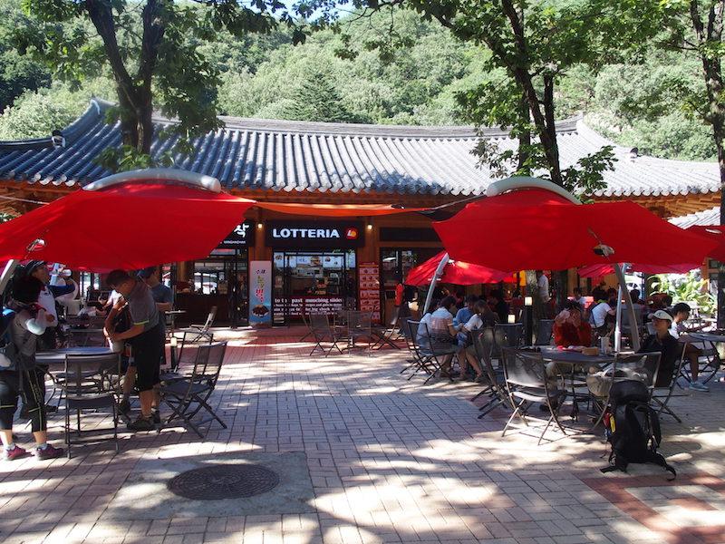公園内のロッテリア。飲食店も充実していた